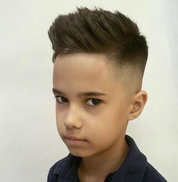 Удлиненная модельная стрижка мальчика
