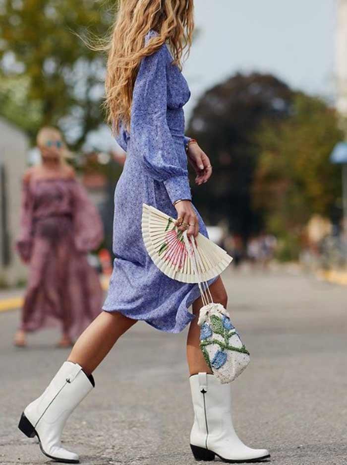 Ковбойские сапоги и платье в цветочек