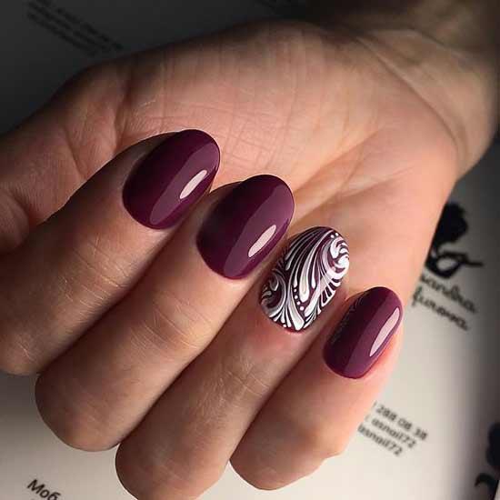 Фиолетово-бордовый цвет маникюра с вензелями