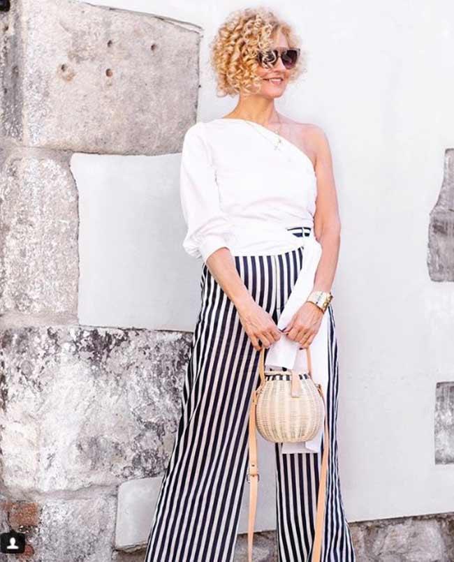 Блузка на одно плечо и широкие брюки - стиль для женщин 45+
