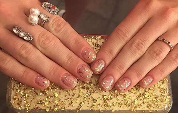 Голые ногти на новый год с золотыми блестками