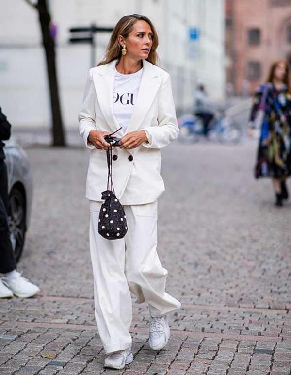 Белый костюм с массивными кроссовками