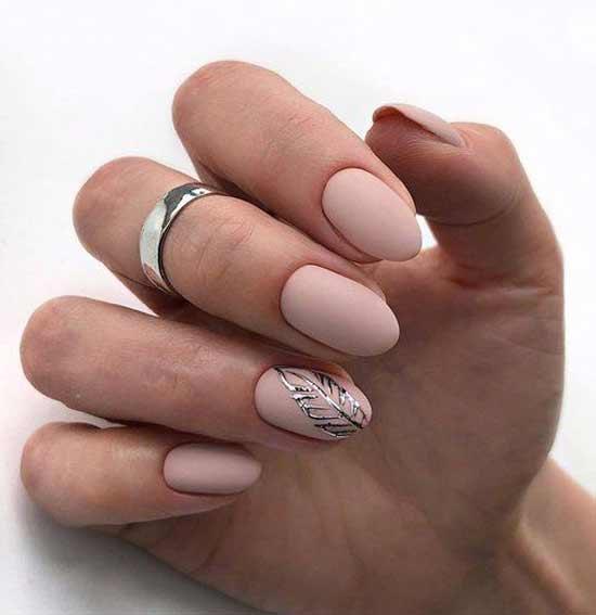 Серебряный листочек на ногтях