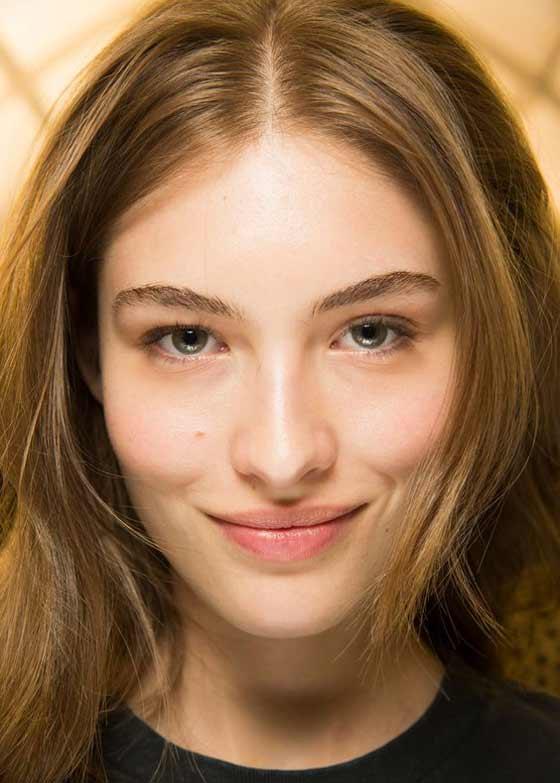 Натуральный мейк в тренде, а яркие брови - антитренд