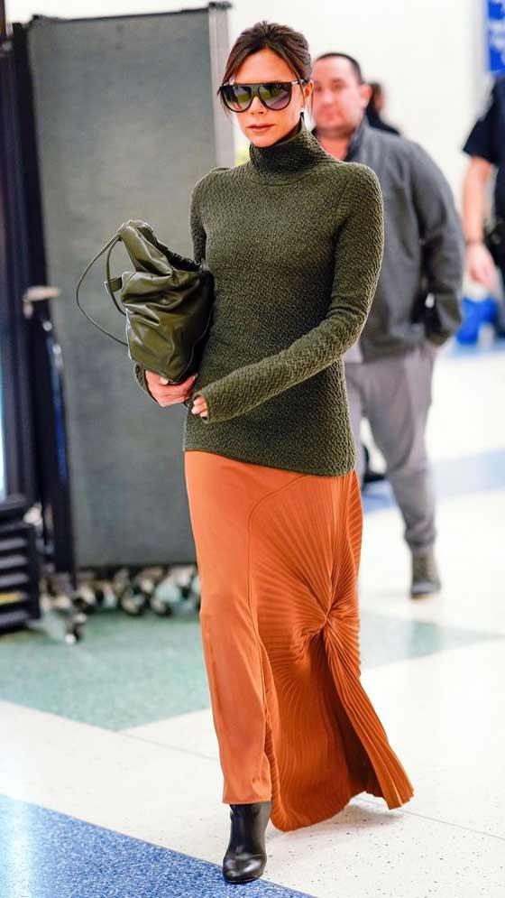 Оранжевая юбка и зеленый свитер