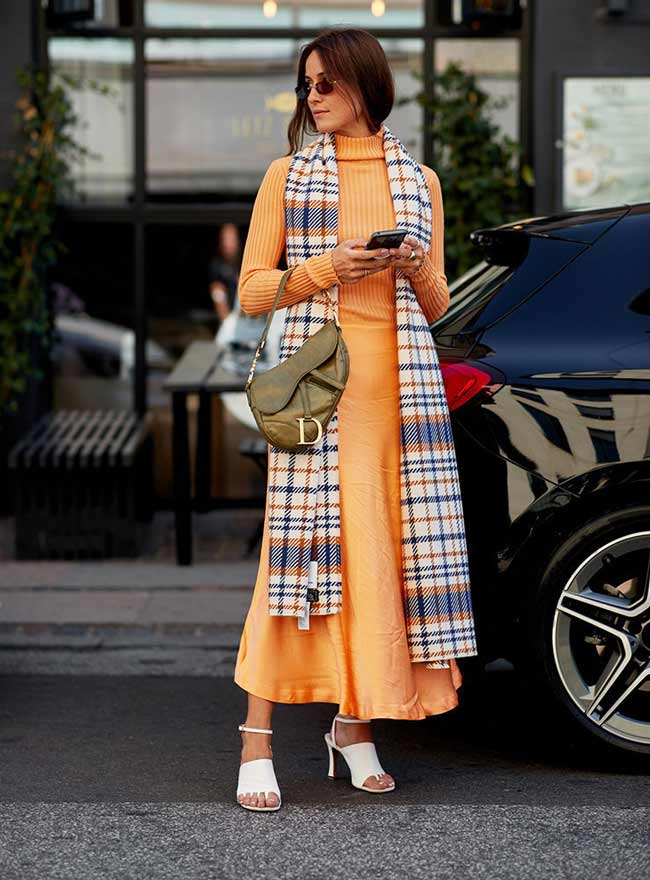 Оранжевое вязаное платье миди