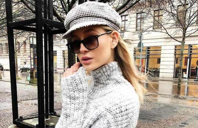 Серый модный свитер с высокой горловиной