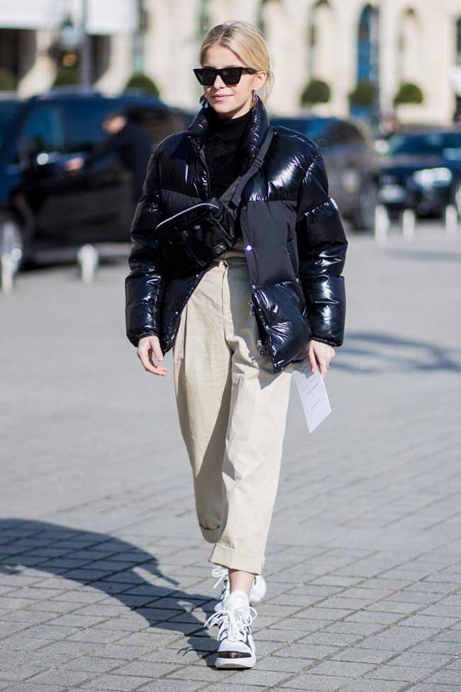 Черный пуховик и светлые брюки
