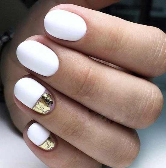 Белый цвет маникюра с золотыми лунками