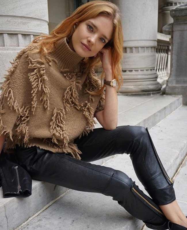 Терракотовый свитер с кожаными брюками