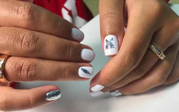 Белый лак и новогодний рисунок на коротких ногтях