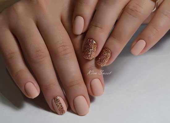 Матовые короткие ногти и золотые блестки