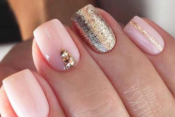 Праздничный нюд на ногтях
