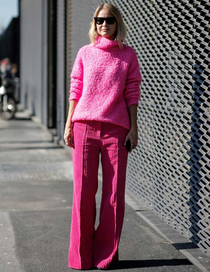 Монохромный образ с вельветовыми брюками