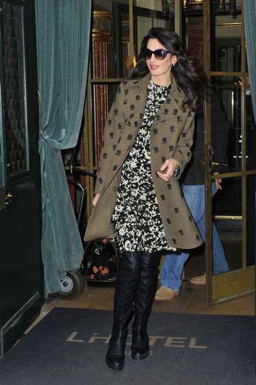 Амаль Клуни - в платье с цветочным принтом