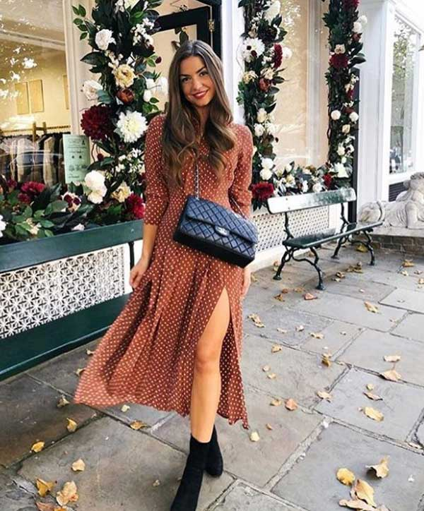 Летнее платье в горошек в коричневых тонах и ботильоны