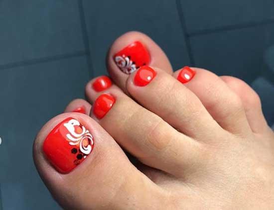 Цветы и вензеля на красном фоне ногтей ног