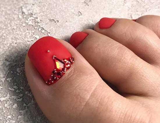 Модный красный матовый педикюр 2019