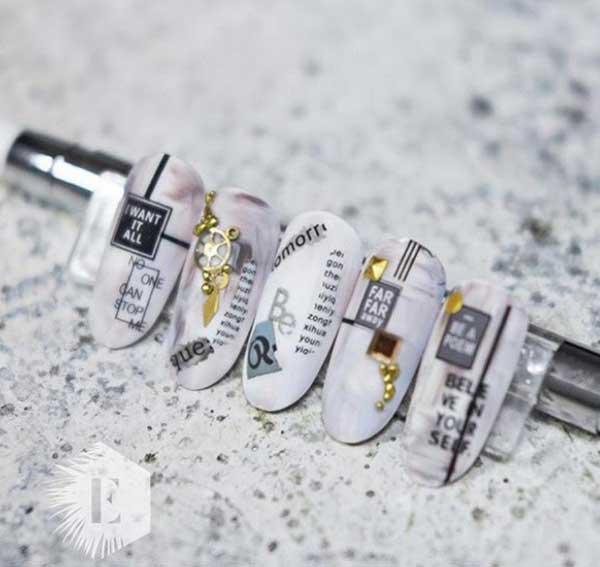 Композиции на ногтях из украшений и надписей