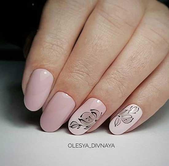 Дизайн ногтей с цветами и бежевым фоном