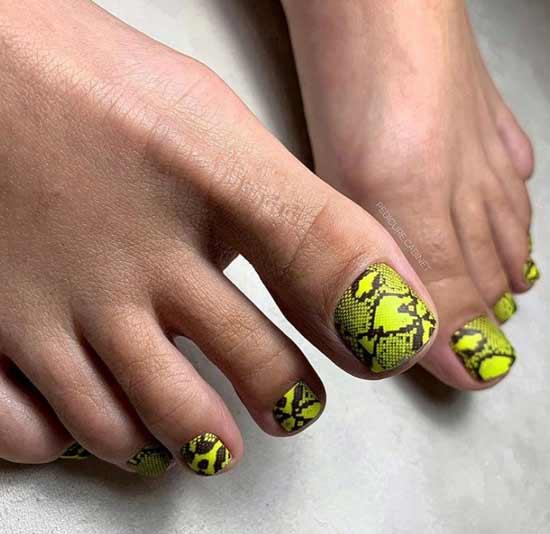 Анимал-принт на ногтях ног