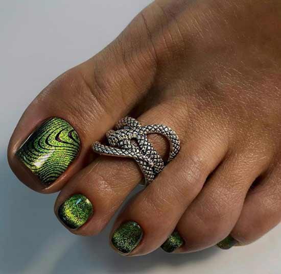 Красивое эффектное покрытие на ногтях ног