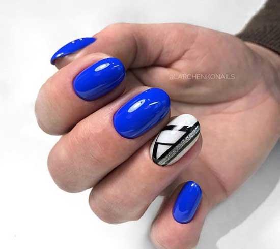 Ярко-синий маникюр с полосками