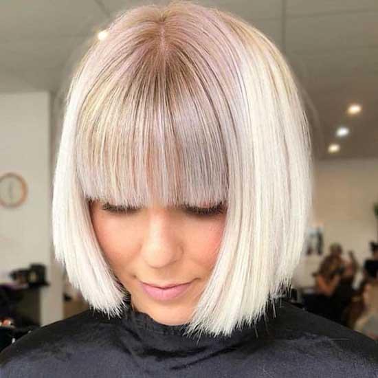 Блондинка с модной стрижкой и прямой челкой