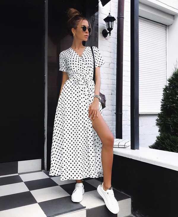 Белое платье в модный горошек
