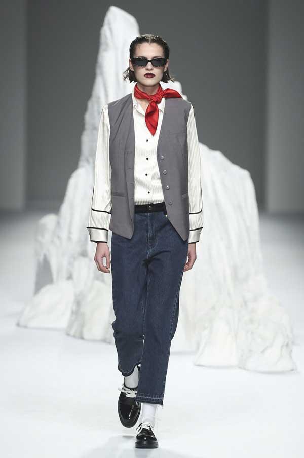 С чем носить белую рубашку, чтобы выглядеть модно и стильно
