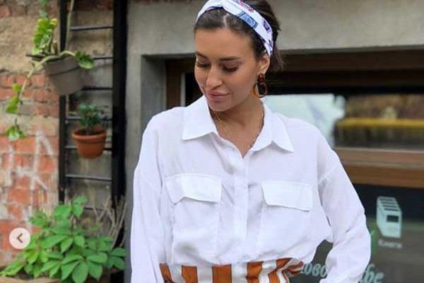 С ечм носит белую рубашку, чтобы было модно