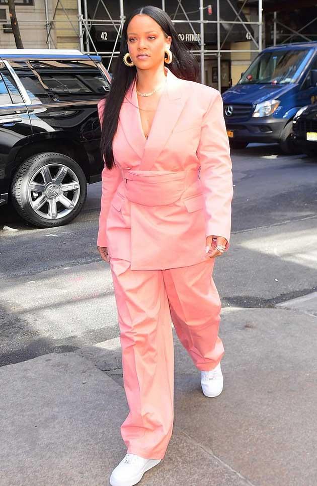 Рианна в брючном костюме весна 2019