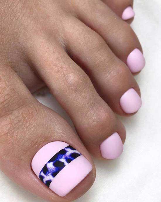 Розовый летний педикюр с принтом
