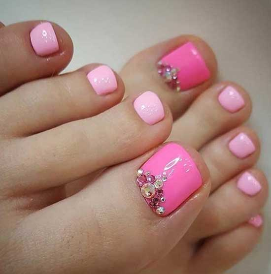 Розовый летний педикюр