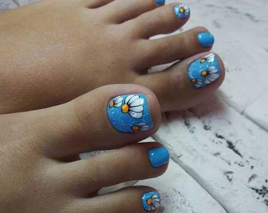 Летний педикюр с ромашками в голубом цвете