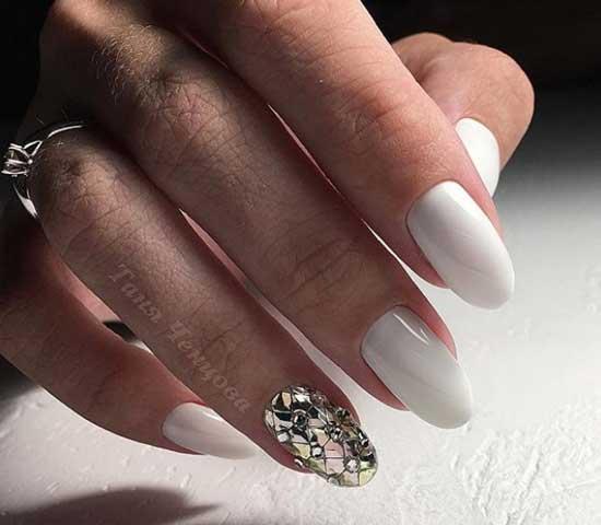 Белоснежный маникюр и стразы на одном ногте