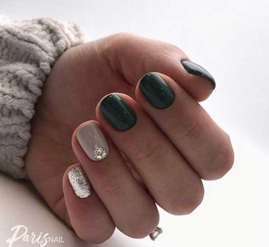 Стразы на коротеньких ногтях
