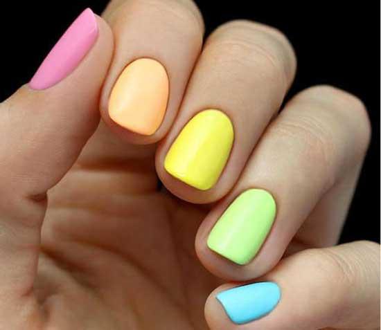 Яркий разноцветный маникюр