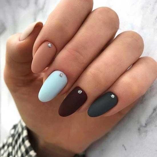 Разноцветные ногти с единичными стразами