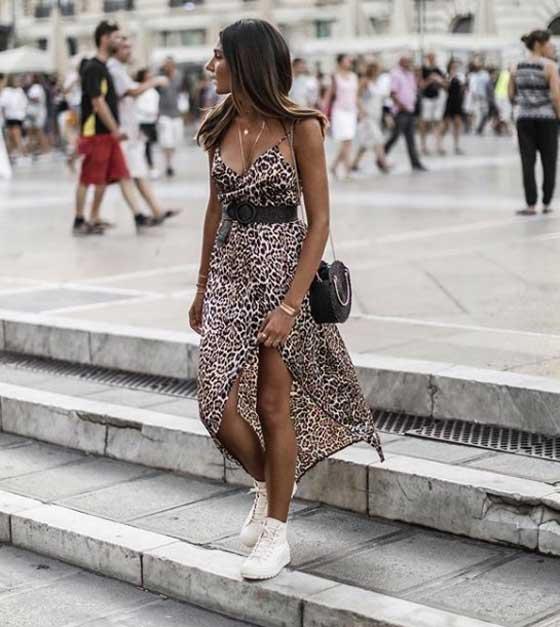 Белые кроссовки с платьем в леопардовый принт