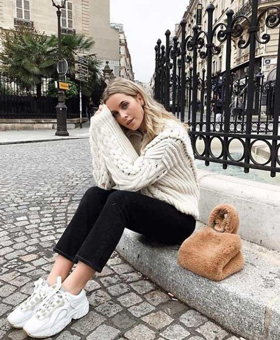 Белые кроссовки с черными джинсами и белым свитером
