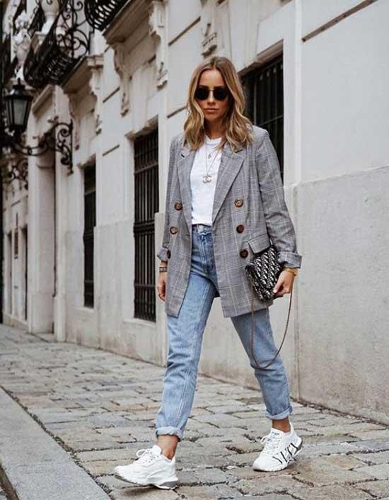 Пиджак в клетку, джинсы и белые кроссовки