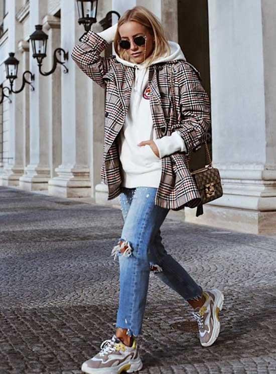 Рваные джинсы с белыми кроссовками