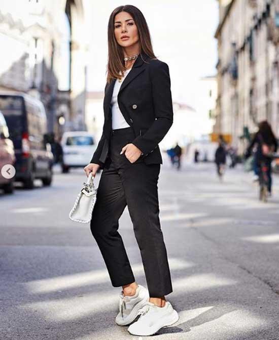 Черный костюм с белыми кроссовками