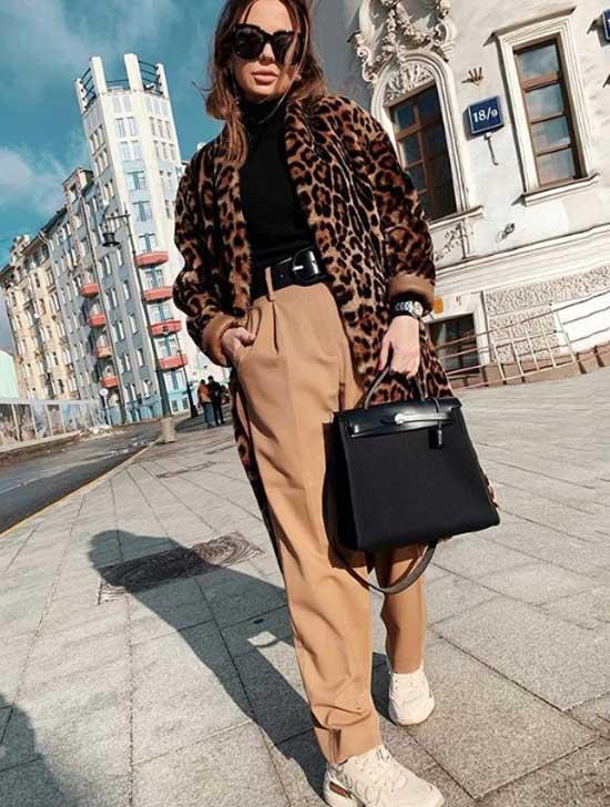 Fashion блогер в модных белых кроссовках