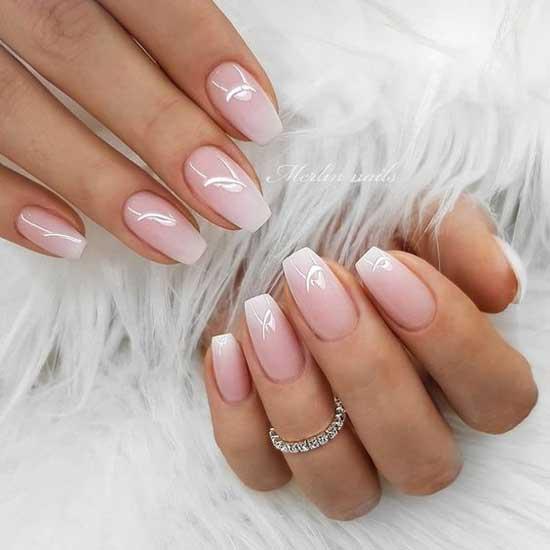 Светло-розовое омбре на ногтях