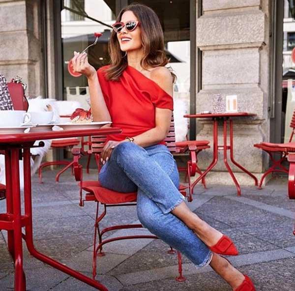 Красный топ с джинсами