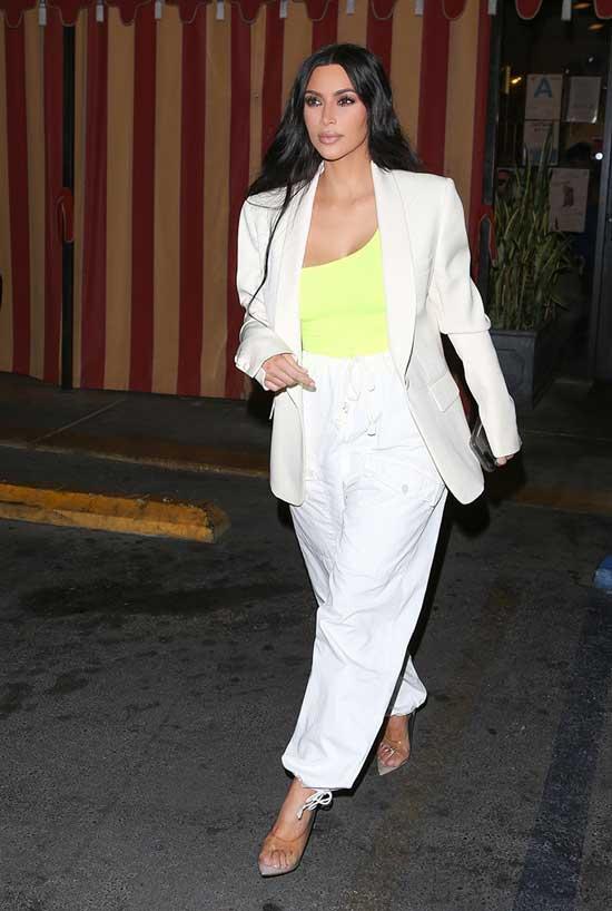 Ким Кардашьян в топе на одно плечо и белом костюме