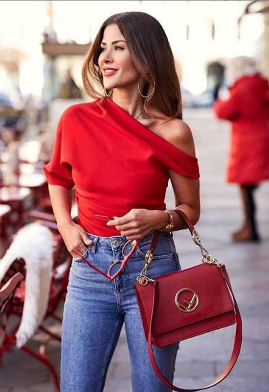 Красный топ на одно плечо с джинсами