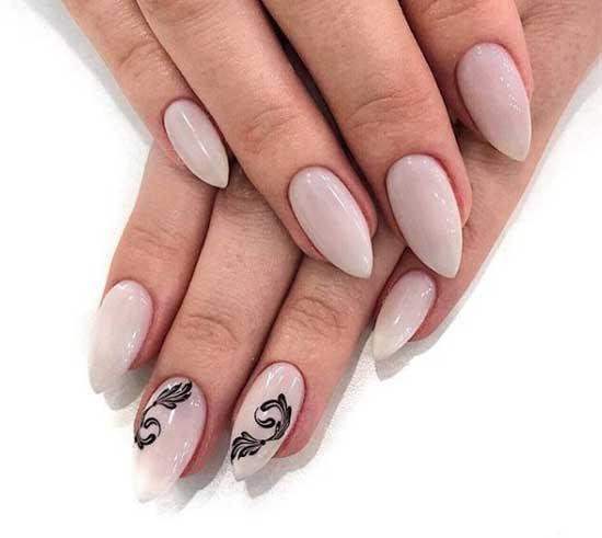 Дизайн двух ногтей на бежевом фоне